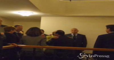 Hollande e Merkel tornano in albergo: il bacio della ...