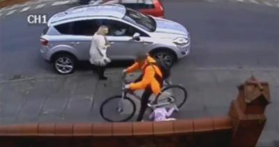 Video shock: bambina sbattuta a terra da un ciclista