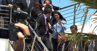 Pina Picierno col pancione cade vicino a Renzi, il video    ...