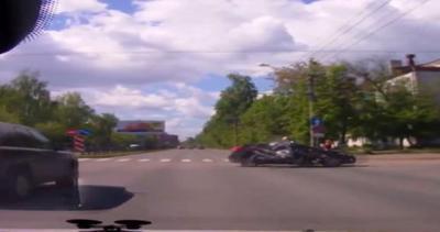 Video shock: niente stop al semaforo, moto si schianta ...