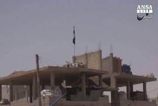 Isis nel museo di Palmira, bandiera nera su cittadella