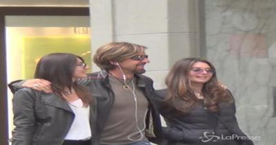 Valerio Staffelli con famiglia in via Montenapoleone: mamma ...