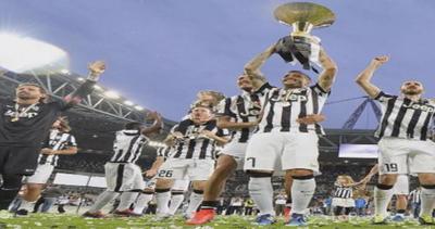 Festa scudetto per la Juventus: calciatori abbracciano figli sul campo