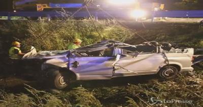 Pulmino si schianta sulla A16 Napoli-Canosa: 4 morti e 4 ...
