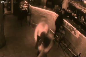 Il cliente la molesta e la cameriera lo mette ko a colpi di ...