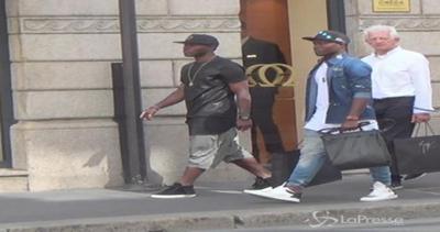 Asamoah con il fratellino per il centro di Milano: due ...