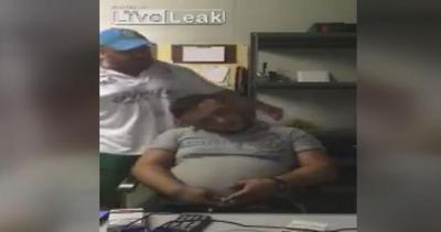 Dorme a lavoro: capo lo sveglia a suon di sberle