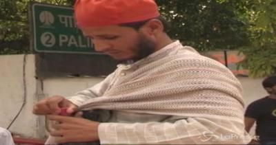 Stranezze dal mondo: pulitori di orecchie in India, un ...