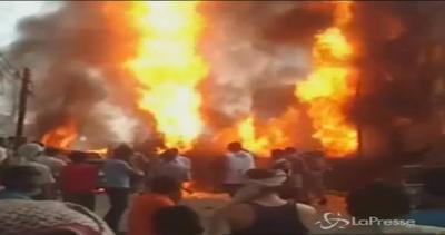 Yemen, esplode autocisterna carica di benzina: almeno 10 ...