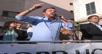 Genova, manifestanti contro Salvini. Lui: Mandate a casa ...