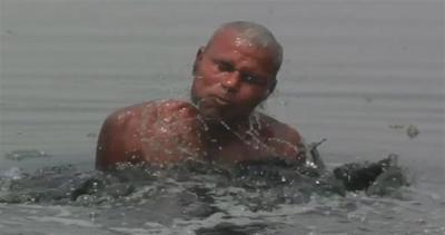 India, immergersi in acque tossiche per sopravvivere