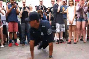 Un poliziotto di Detroit danza e la folla impazzisce