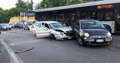 Roma, un'auto a tutta velocità falcia passanti: ...