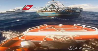 Sbarchi, soccorsi 234 migranti in mare: anche 9 bambini     ...