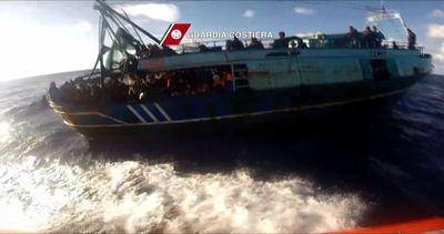 Salvati 234 migranti su un peschereccio al largo di Augusta ...