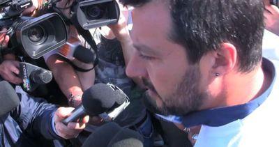 Salvini in un campo rom: andassero a scuola non a investire ...