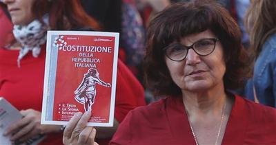 Fermi, in rosso, con un libro in mano: si protesta così    ...
