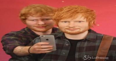 Ed Sheeran si scatta un selfie con la sua statua di cera al ...