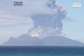 Il risveglio del vulcano Shindake in Giappone