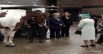 Vita 'reale': Elisabetta II alle prese con le ...