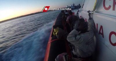 Soccorsi 4.243 migranti al largo delle coste libiche, 17 ...
