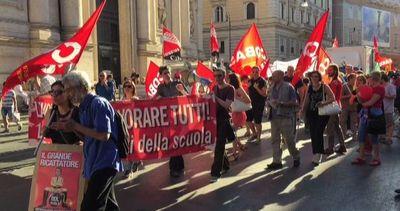 Striscioni e fischietti, le proteste contro ddl Scuola a Roma