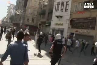 Cariche polizia contro Gay pride a Istanbul
