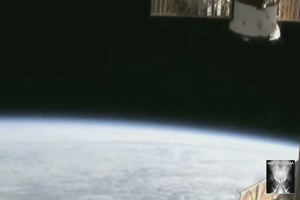 Tre Ufo lasciano la Terra, la Nasa interrompe la diretta e sul Web si parla di complotto