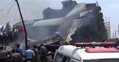 Aereo militare precipita sulle case in Indonesia, 38 morti