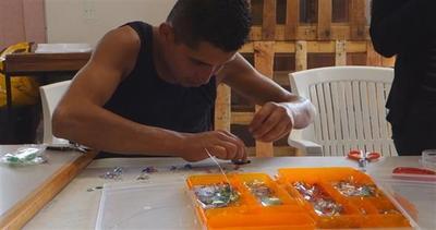 Da rifiuti a gioielli, le creazioni dei senzatetto
