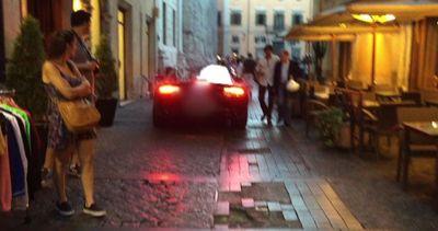 Aston Martin in zona pedonale tra gli sguardi allibiti dei ...