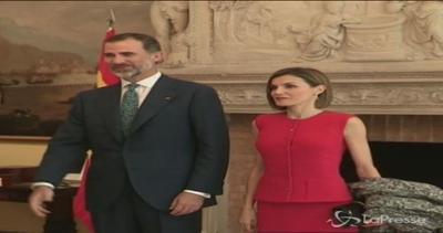 L'eleganza di Letizia in rosso fuoco: i reali di Spagna in ...