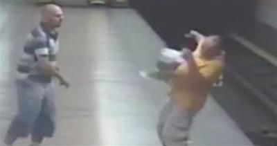 Litigio in metropolitana: uomo spinto sui binari
