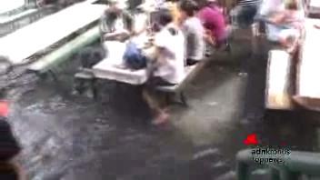 Al ristorante nelle Filippine, il tavolo è in acqua