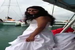 La sposa si getta in acqua, ma rischia di annegare