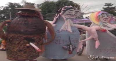 Maschere da fantasmi e costumi colorati: il Phi Ta Khon ...