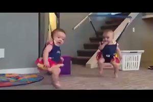 Simpaticissime bambine ballano il ballo sardo