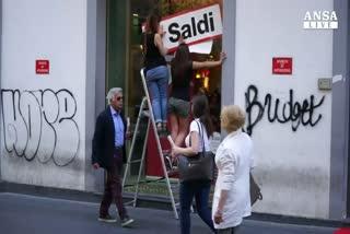 Saldi al via a Napoli, pochi acquistano