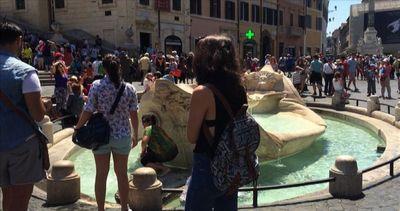 Caldo a Roma, turisti si bagnano nelle fontane. Ma non solo ...