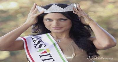 Francesca Testasecca e il seno troppo grosso: E' ...