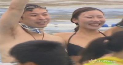 Gara di baci subacquei a Shanghai: coppia vincitrice ...