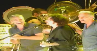 George Clooney sul palco con i Toto: l'attore ride e canta ...