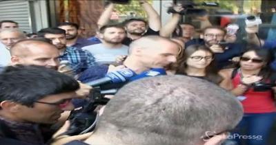Varoufakis assalito dai giornalisti, cade motorino. Lui: ...