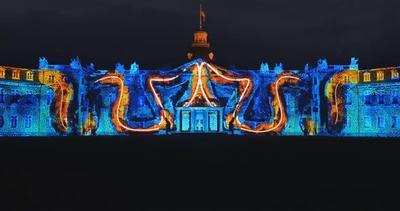 Pazzesco: spettacolo di luci proiettato su un castello