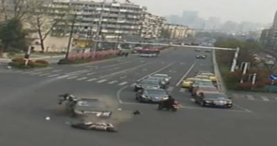 Nelle strade della Cina si gioca a birilli.. le immagini di ...