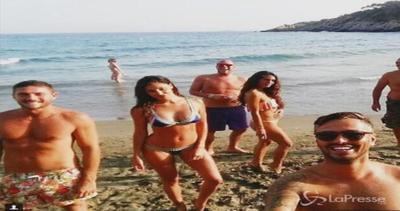Belen in bikini e felice al mare con gli amici, rispunta ...