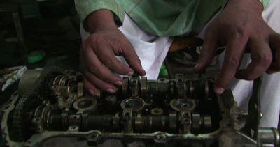 Pakistan, le mani magiche di un meccanico non vedente di ...