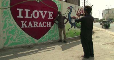 I muri dell'odio di Karachi ricoperti dai graffiti degli ...