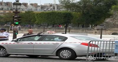 Auto sfonda transenne Tour de France a Parigi
