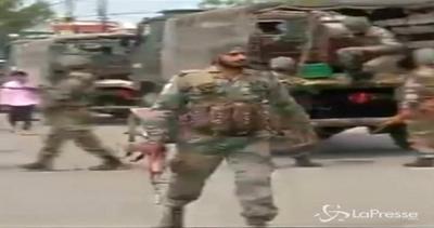 India, sale a 6 bilancio morti attacco a bus e stazione ...